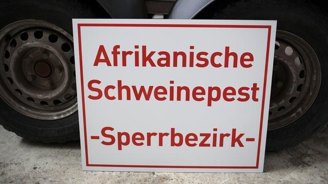 Ein Schild mit der Aufschrift: «Afrikanische Schweinepest – Sperrbezirk».
