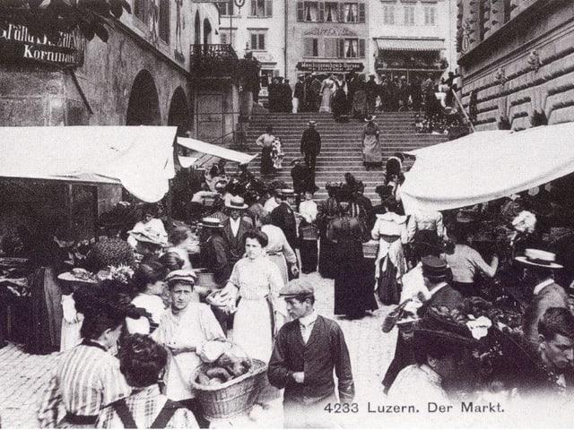 Lange Treppe mit vielen Leuten und Markständen. (Historisches schwarz-weiss Bild)