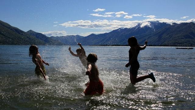 Symbolbild: Kinder planschen im Lago Maggiore.