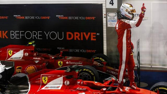 Sebastian Vettel steht auf einem Boliden.