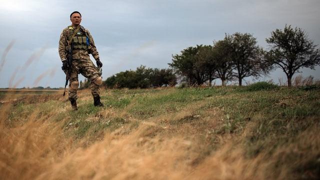 Ein ukrainischer Soldat steht Wache nahe der Stadt Volnovaha.