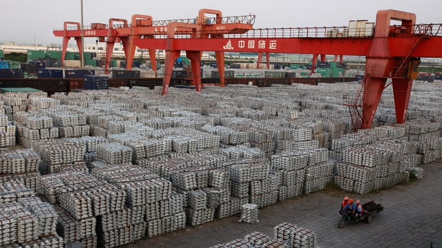 Hunderte Paletten mit Aluminium-Barren unter freiem Himmel.