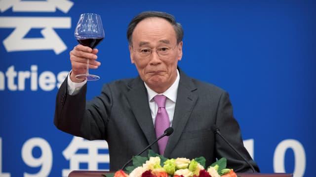 Wang Qishan erhebt während einer Rede ein Weinglas