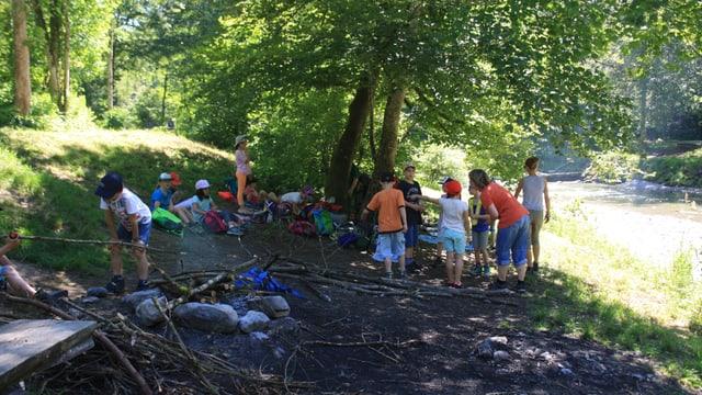 Heute war es nicht nur sonnig und heiss, sondern auch Schulreisewetter. Eine Klasse bei der Tössbrücke.