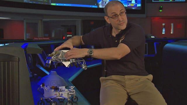 Richard Kornfeld erläutert, wie der Rover Curiosity konstruiert ist.