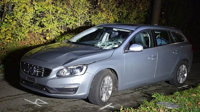 Unfallauto mit kaputter Scheibe und eingedrückter Motorhaube