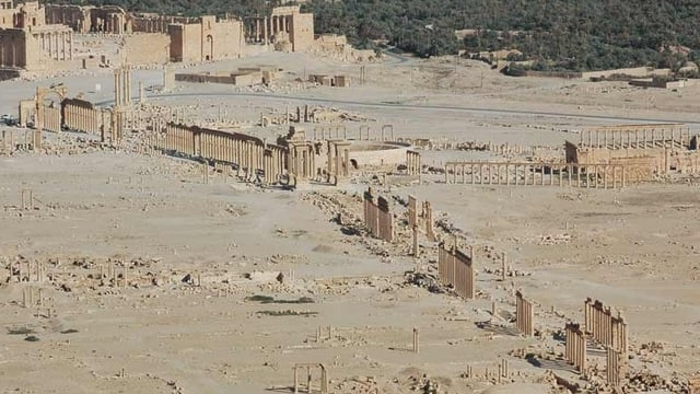 Terra brina cun colonnas anticas.