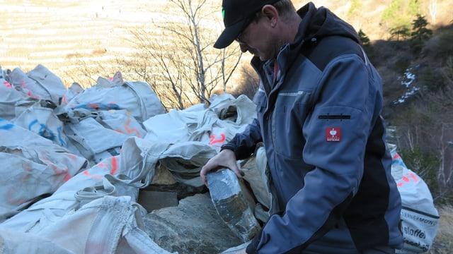 Richard Stoffel zeigt die Steine für den Aufbau der Mauern.