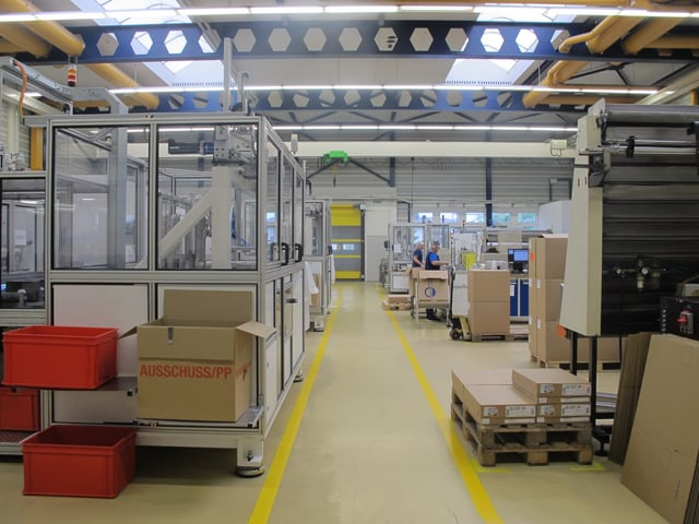 Eine Fabrikhalle mit Maschinen.