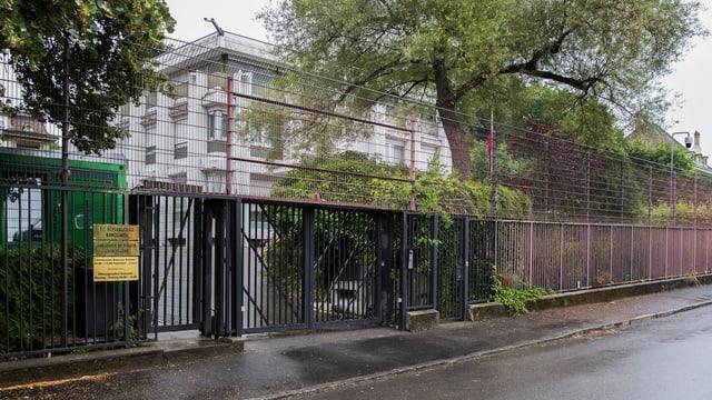Gebäude hinter aufwendigen Sicherheitszäunen.