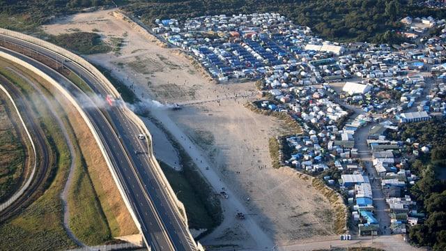 Vogelperspektive auf das Flüchtlingslager in Calais vor Beginn des Mauerbaus.