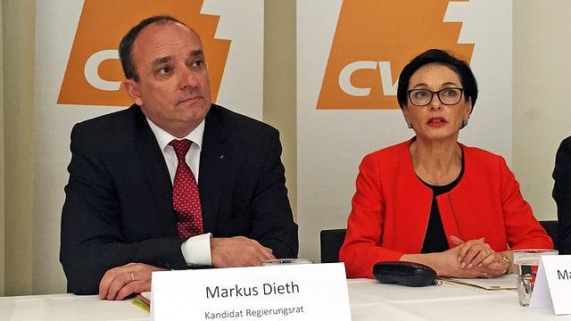 Dieth (links) und Binder sitzen am Tisch an einer Medienkonferenz der CVP Aargau im Hotel Kettenbrücke in Aargau.