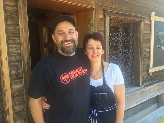 Alban Fiegl e Marianne Götz, ils novs ustiers da l'ustaria Tigia a Radons en Val Nandro.