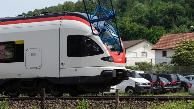 Maletg da l'accident da sonda: in bratsch d'ina crana cupitgà en la fanestra davant dal tren.