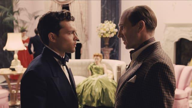 Schauspieler Hobie unterhält sich mit Regisseur Laurence Laurentz.