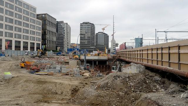 Baustelle, im Hintergrund Bürohäuser.