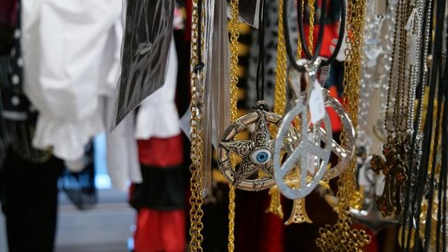 Verschiedene Kitsch-Halsketten warten auf Fasnächtlerinnen und Fasnächtler.