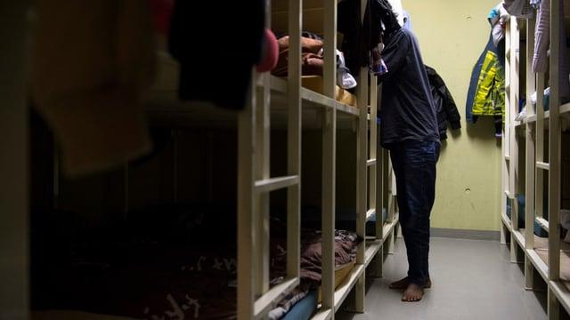 Zivilschutzanlage mit Flüchtlingen.