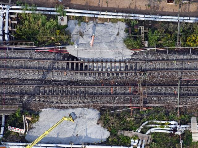 Beton wird von den Gleisen aus in die Löscher gegossen.