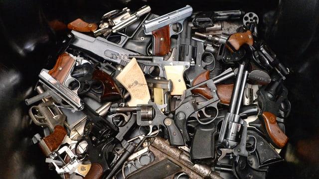 Gesammelte Waffen in einem Abfalleimer.