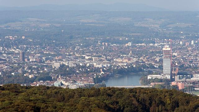 Blick vom Chrischona-Turm über den Roche-Turm in den Jura.