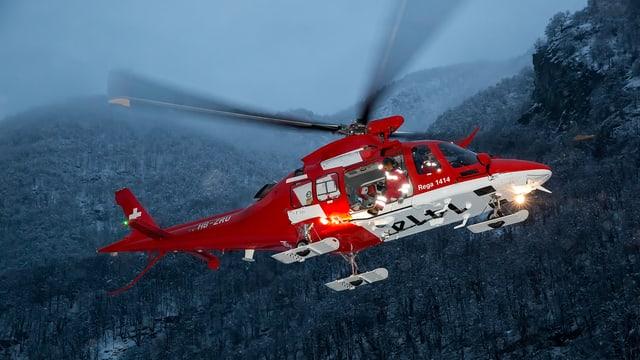 helicopter da la rega avant culissa muntagnarda