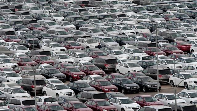 Parkplatz mit Autos von General Motors
