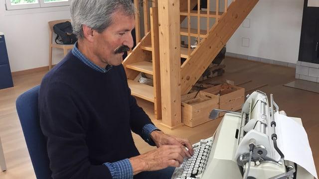 Daniel Rüegg, Präsident der Krankenkasse Turbenthal, an der Schreibmaschine