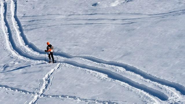 Einsamer Wintersportler im Schnee