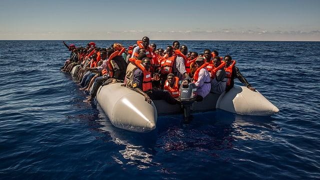 Ina bartga cun fugitivs amez la mar.