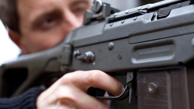 Ein Soldat visiert eine Ziel an mit seinem Sturmgewehr.