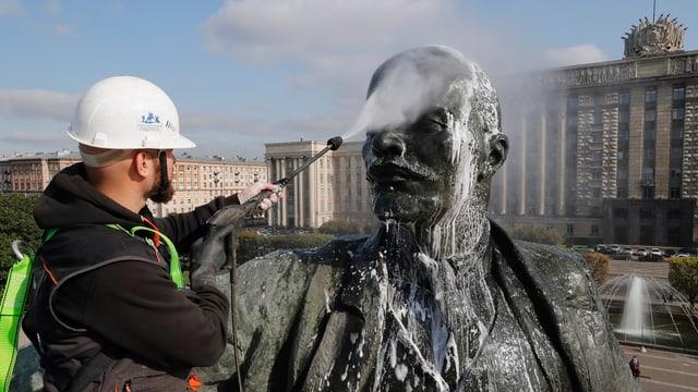 Gemeindearbeiter reinigt Lenin-Statue in St. Petersburg.