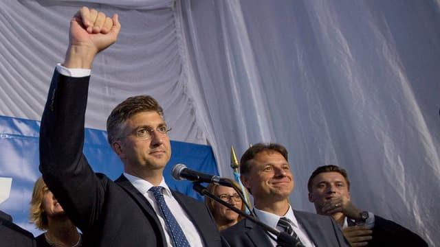Andrej Plenkovic festivescha il resultat da sia partida HDZ.
