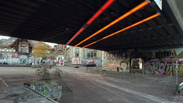 Eisenbahnviadukt mit Blick auf den Vorplatz der Reithalle