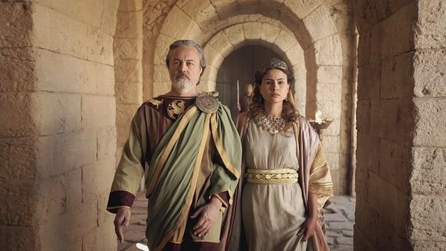 Herodes und seine Frau gehen durch einen Gang.