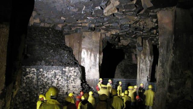 Foto einer Höhle mit Besuchern.