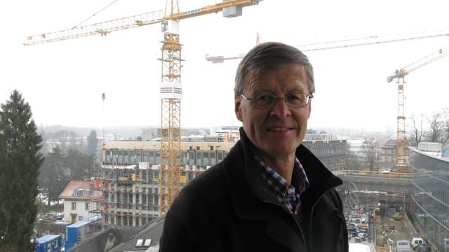 Bernhard Leu, Direktor Infrastruktur der Insel Gruppe, im Hintergrund eine Baustelle