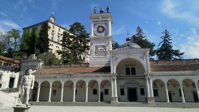 Ein breites Gebäude mit schönen Bögen am Eingang und einer Kuppel.