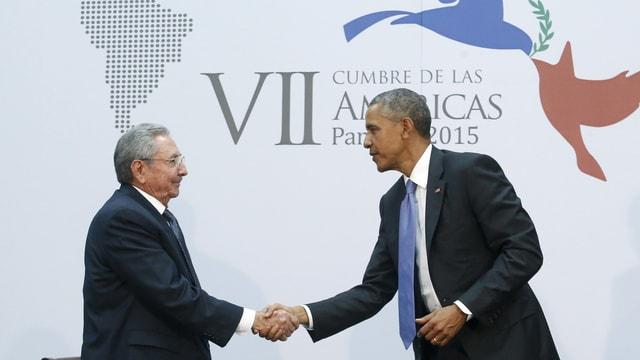 Castro und Obama reichen sich die Hände.