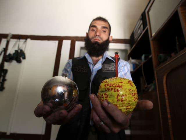 Ein Aufständischer der Freien Syrischen Armee präsentiert zwei Weihnachtskugeln – gefüllt mit Sprengstoff.