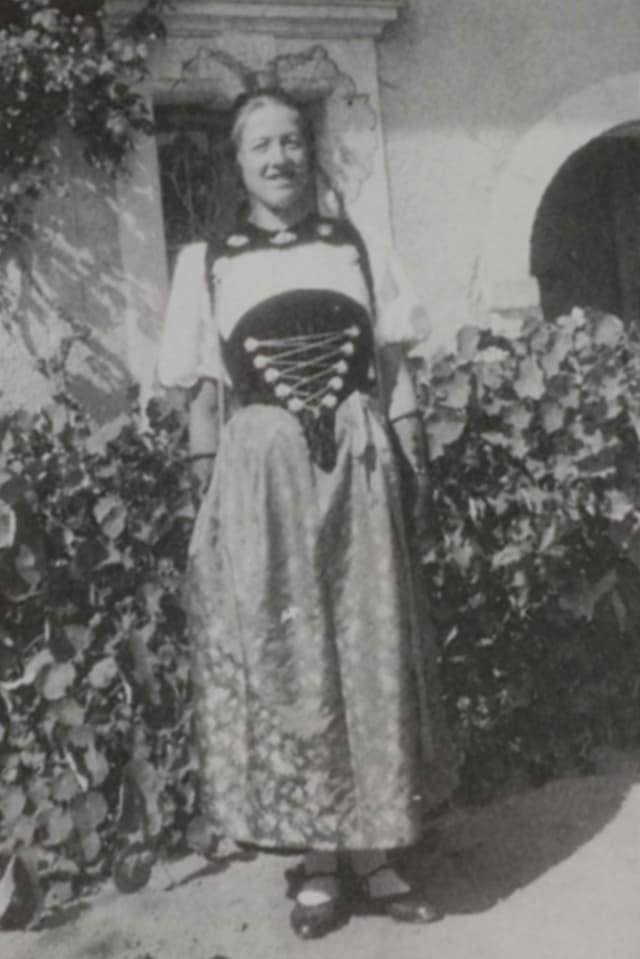 Eine junge Frau in Seeländer Tracht.