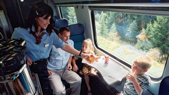 Eine Angestellte der Minibar gibt einem Kind ein Pack Chips in einem Zug