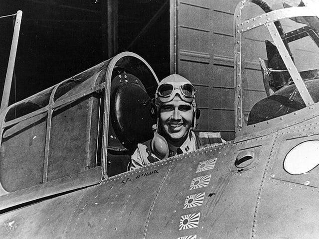 Butch O'Hare lächelt aus seinem Flugzeug in die Kamera.