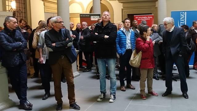 Menschen stehen im Lichthof des Luzerner Regierungsgebäudes.