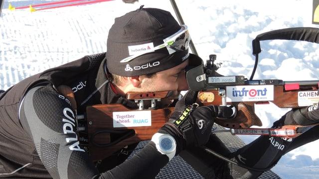 Il biatlet Serafin Wiestner da Trin vid il trenament da sajettar.