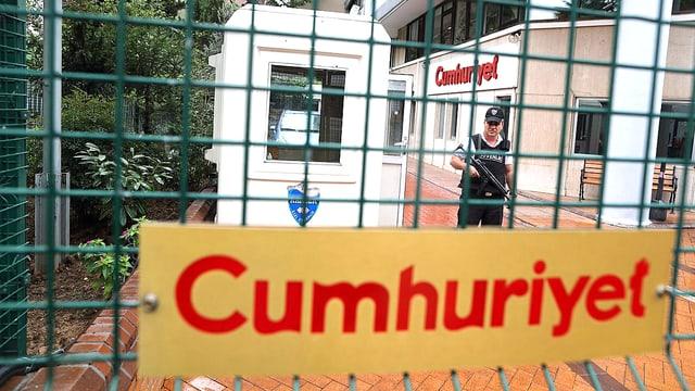 Eingangsbereich der Zeitung «Cumhüriyet» mit einem Polizeigitter davor.