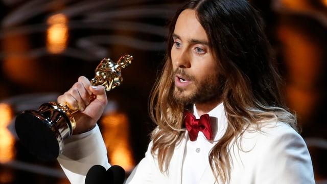 Jared Leto mit einem Oscar in der Hand.