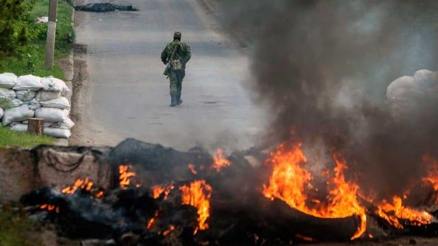 Strassensperren werden in Brand gesetzt.
