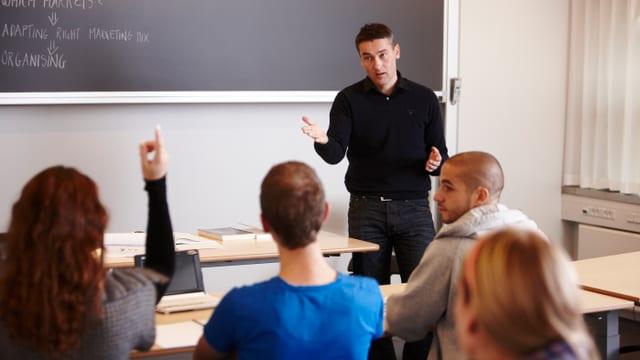 Eine Lehrer unterrichtet seine Schüler.