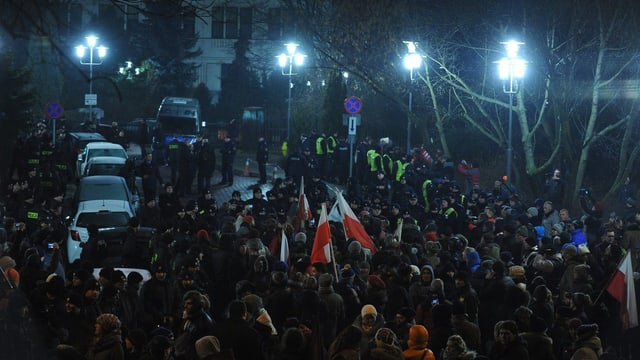 Demonstranten vor dem Sejm in Warschau.